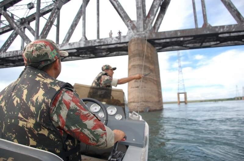 Policiais militares ambientais em uma das ações de fiscalização pelo Estado, contra a pesca predatória. Para operação Dia do Trabalho, serão 300 homens. (Foto: Divulgação PMA)