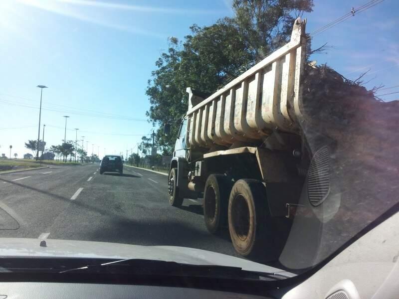 Caminhão carregado e sem proteção.
