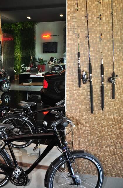 Garagem tem até bicicleta da BMW.