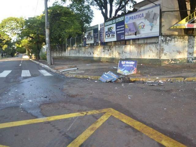 Com o impacto da batida, o táxi foi arremessado contra o muro da Secretaria Municipal de Saúde. (Foto: Simão Nogueira)