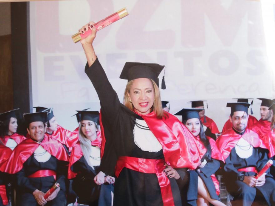 O diploma veio em 2017 e hoje Socorro se dedica a OAB, prova que fará pela primeira vez ano que vem (Foto: Arquivo Pessoal)
