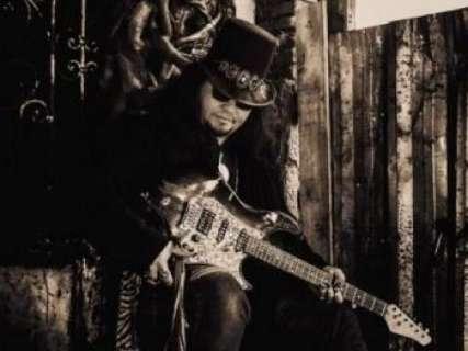 Conhecido como vocalista da Banda Rivers, Roger Simmons agora tem projeto solo