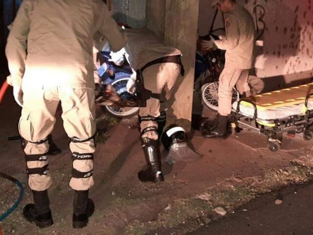 Bombeiros usaram desencarcerador para retirar vítima das ferragens da moto. (Foto: Corpo de Bombeiros)