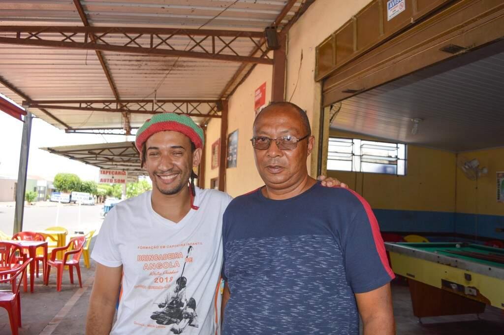 Douglas de Souza à esquerda e Pascoal Fernandes à direita lembram das histórias de Enxadinha  (Foto: Alana Portela)