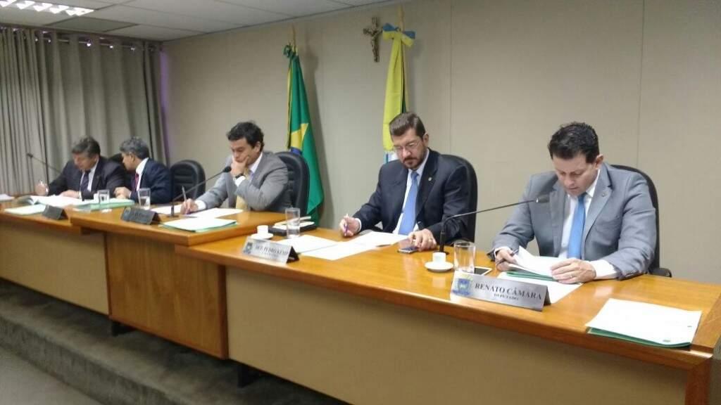 Deputados durante reunião da Comissão de Constituição e Justiça da Assembleia. (Foto: Leonardo Rocha)