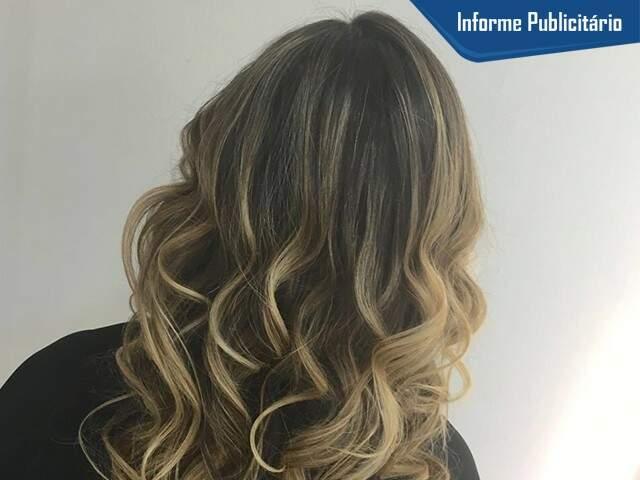 Especialista em coloração há 17 anos, cabeleireira atende de loiras a morenas iluminadas.