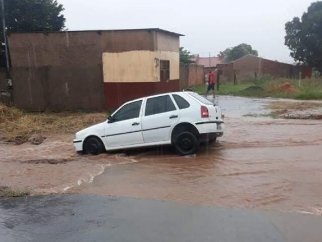 Carro ficou no buraco por cerca de uma hora, até que moradores conseguiram retirá-lo (Foto: Direto das Ruas)