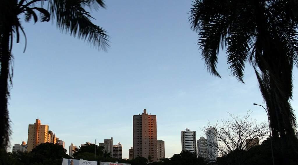 Céu amanheceu aberto em Campo Grande e previsão é de sol para o decorrer do dia (Foto: Saul Schramm)