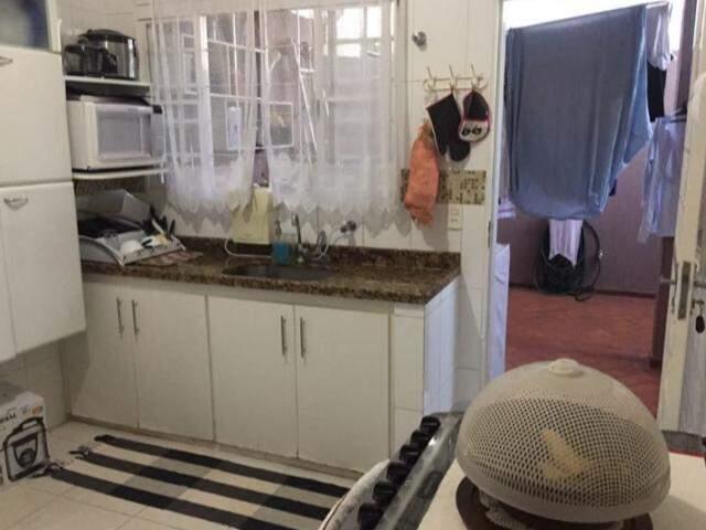 O antes, com pia e fogão distantes, e a geladeira que ficava na outra ponta, mais longe ainda.