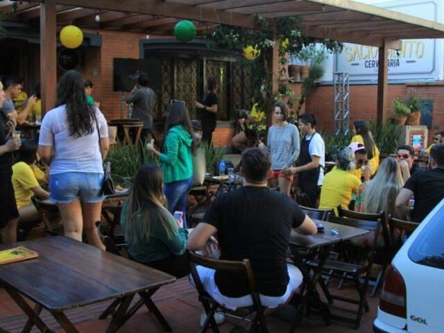 Público reunido para o jogo no Sacramento (Foto: Marina Pacheco)