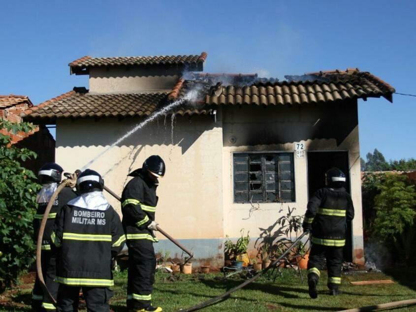 Por causa do fogo, telhado cedeu e a estrutura da casa ficou comprometida  (Foto: Saul Schramm)