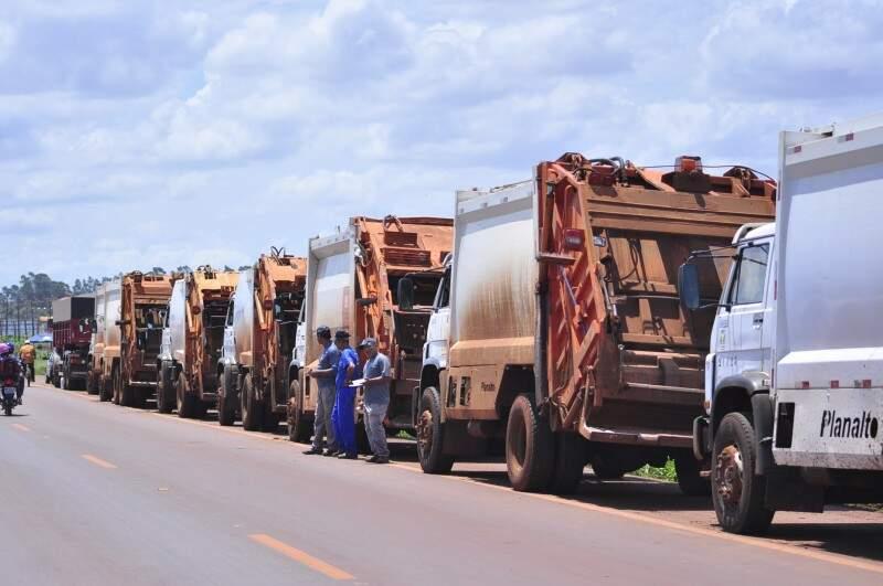 Caminhões do serviço de coleta de lixo de Dourados parados em bloqueio de caminhoneiros na MS-156 (Foto: Eliel Oliveira)