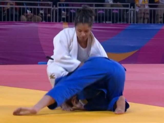 Judoca sul-mato-grossense tenta imobilizar adversária chilena (Foto: Reprodução)