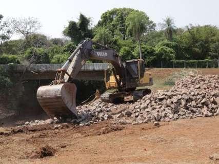 Após desmoronamento, prefeitura recupera muro de contenção no Sóter