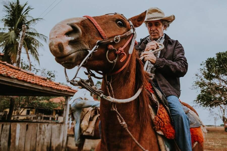 Montar no cavalo faz parte da rotina nos dias de embarque. (Foto: Dick Arruda)
