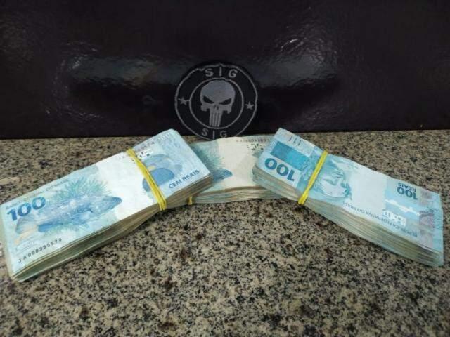 Os R$ 30 mil em notas de R$ 100 apreendidos com professora e policial (Foto: Adilson Domingos)