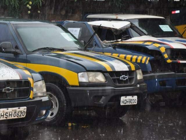 Veículos precisam de revisão antes de voltar a rodar. (Foto: Marcelo Calazans)