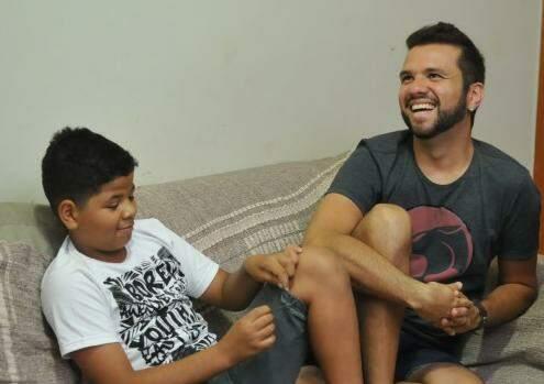 Os momentos de descontração entre pai e filho. (Foto: Alcides Neto)