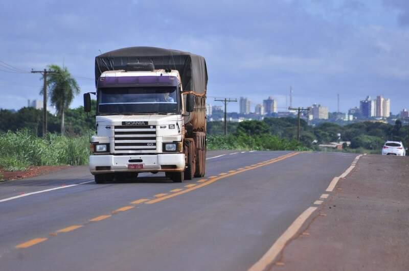 Caminhão circula nesta manhã pela MS-156 no ponto onde houve o bloqueio ontem (Foto: Eliel Oliveira)