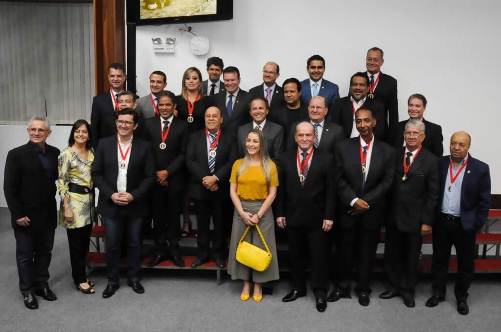 Jornalistas são homenageados com medalhas durante solenidade (Foto: Paulo Francis)