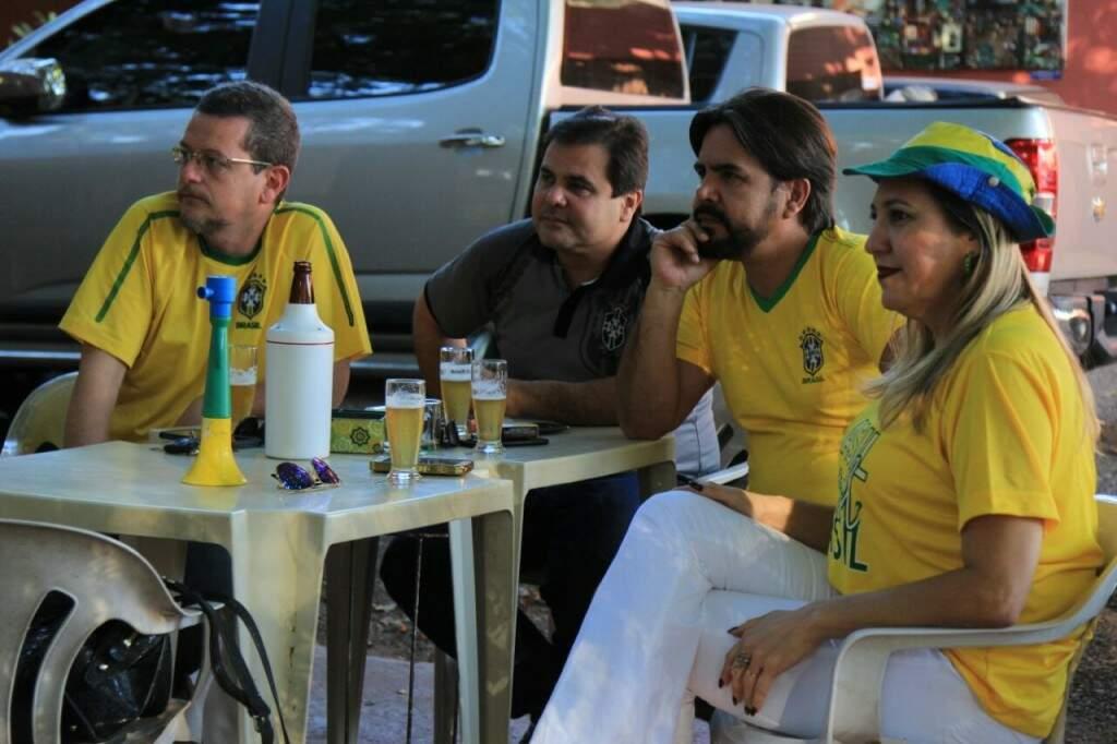 Torcedores foram em grupo e a caráter para ver a partida (Foto: Marina Pacheco)