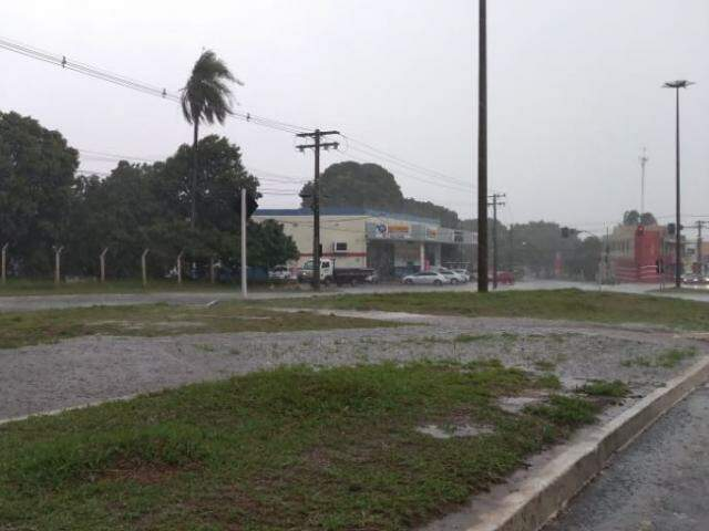 Chuva alagou ciclovia na Avenida Cônsul Assaf Trad. no norte de Campo Grande...