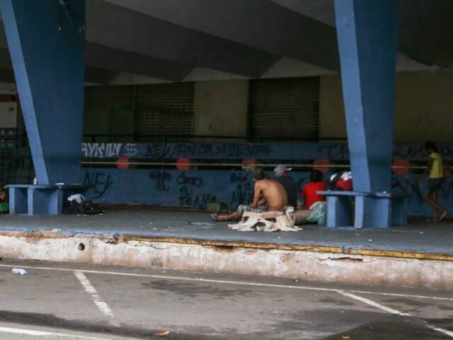 Usuários de drogas se concentram na Rua Vasconcelos Fernandes, mesmo rua onde fica a agência dos Correios, na antiga rodoviária (Foto: Kisie Ainoã)