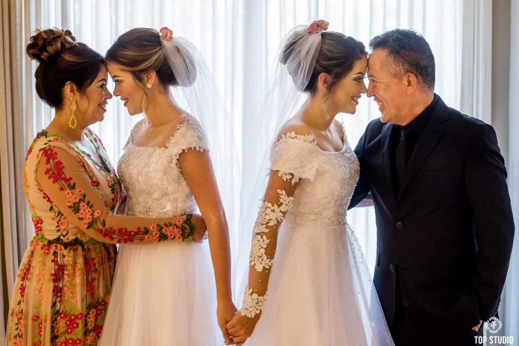 Semelhanças ja causaram confusão entre os maridos, mas pai e mãe identificam quem é quem. (Foto: Top Studio)