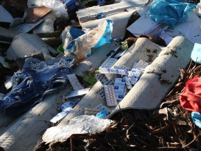 Entulhos, roupas, sofás e até remédios foram encontrados em terreno na região do Bairro Dom Antônio Barbosa (Foto: Saul Schramm)