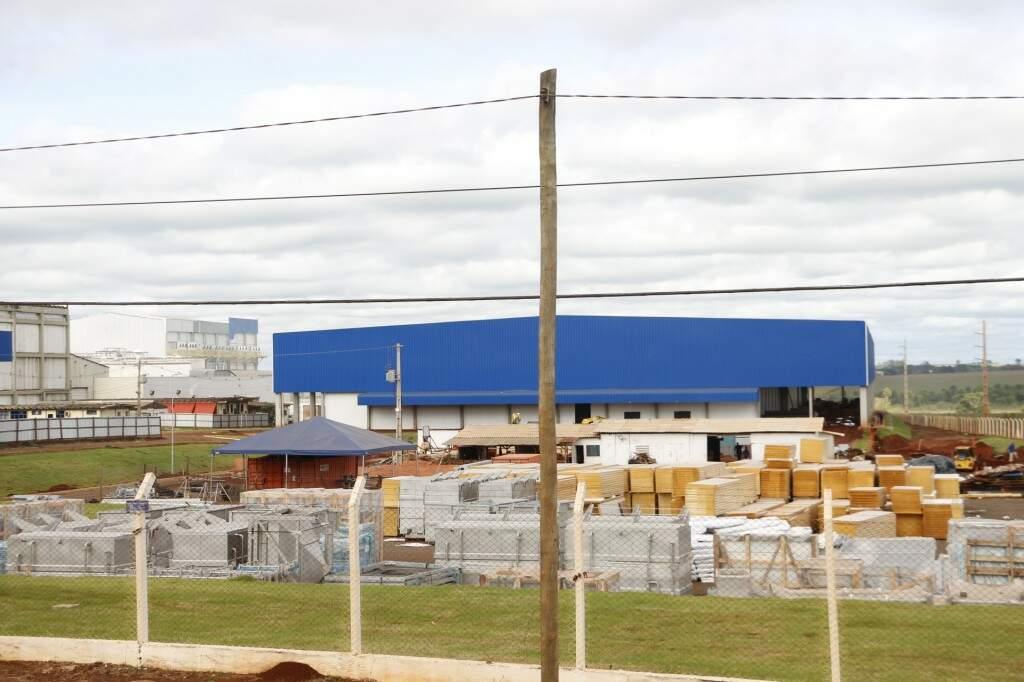 Ampliação da indústria da JBS em Dourados está em andamento, mas produção continua a mesma (Foto: Helio de Freitas)