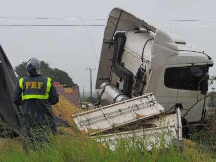 Acidente entre carreta de soja e Palio deixa dois mortos na BR-163