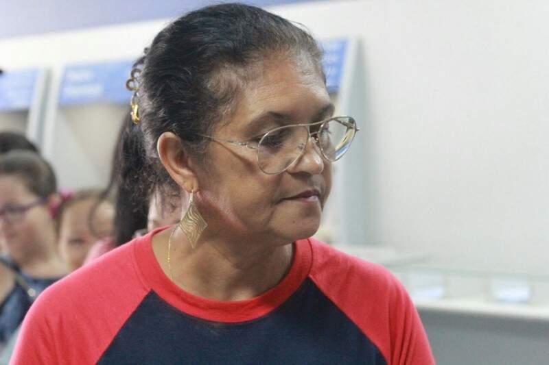 A copeira Francisca Mera, procura atendimento nesta manhã para saber o saldo de contas inativas do FGTS. (Foto: Marcos Ermínio)