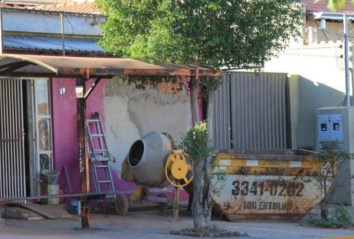 Caçamba na calçada ao lado de ponto de ônibus no bairro Maria Aparecida Pedrossian. (Foto: Marina Pacheco)
