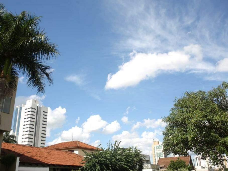 Céu com poucas nuvens na tarde desta segunda-feira, em Campo Grande. (Foto: Paulo Francis).