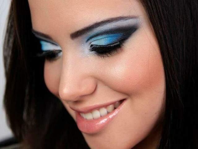 Maquiadora profissional, Mara Lenk, fala que uma das tendências de agora é o côncavo marcado.