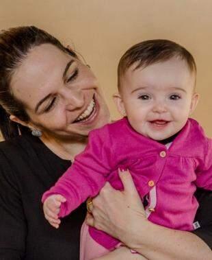Sorriso largo: Maitê e sua mamãe gostam muito da Cheiro de Alecrim. Foto: Eterna Fotos e Vídeos