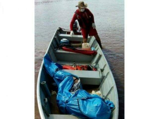 Corpo de vítima em barco logo depois de ser tirado do rio por militares. (Foto: Portal A Nativa)