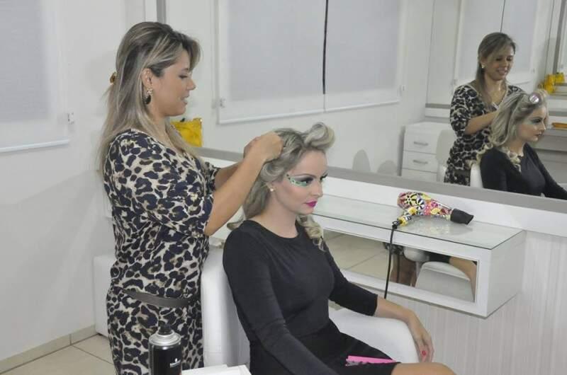 Para dar uma modelada no fio, Adriana primeiro cacheia o cabelo com baby liss.