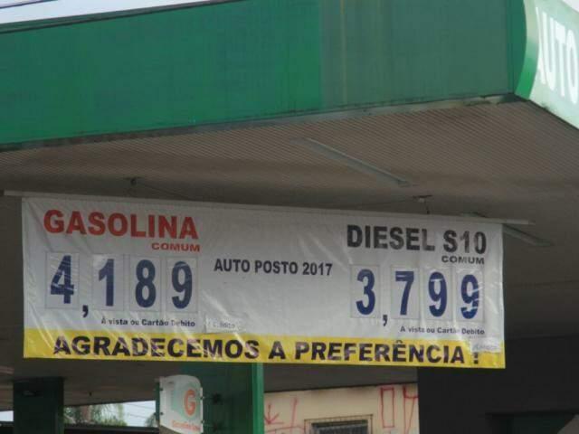 Posto exibe cartaz com preço do diesel nesta quarta em Campo Grande (Foto: Marina Pacheco)