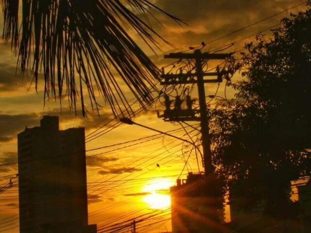 Mesmo entre nuvens, o sol em Campo Grande começa a dar as caras nas primeiras horas do dia (Foto: André Bittar)