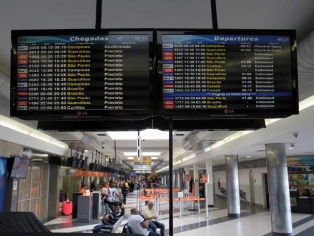 Painel de voos no Aeroporto de Campo Grande (Foto: Saul Schramm)