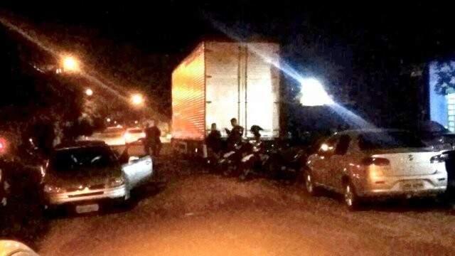 Depois da prisão, policiais fazem a guarda do caminhão com cigarro que foi pivô de tudo. (Foto: Nyelder Rodrigues)