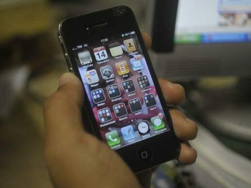 Usuário manuseia smartphone; uso abusivo pode ser considerado doença (Foto: Marcello Casal Jr./Agência Brasil)