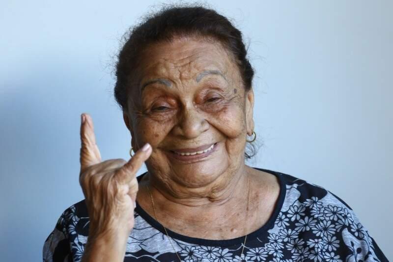 Extrovertida, Maria de Lourdes com 84 anos, aproveitaria os melhores carnavais da vida.