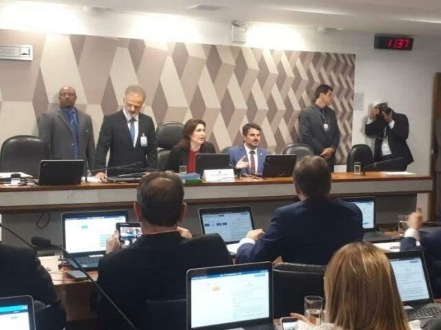 Simone Tebet, ao centro da mesa, comanda sessão da CCJ do Senado. (Foto: Roberto Castello)