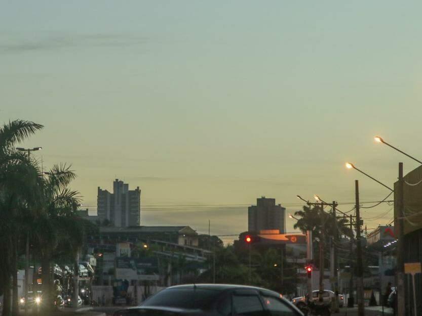 Céu amanheceu claro em Campo Grande, mas previsão é de chuva no período da tarde e noite (Foto: Henrique Kawaminami)
