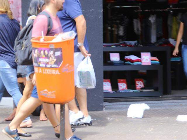 Sacola de plástico jogada no chão, a alguns metros de uma lixeira, instalada na Rua 14 de Julho. (Foto: André Bittar)