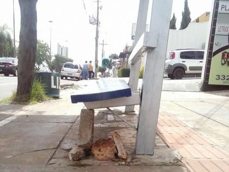 Usuários colocaram pedras para que assento não caia (Foto: José Carlos Félix)