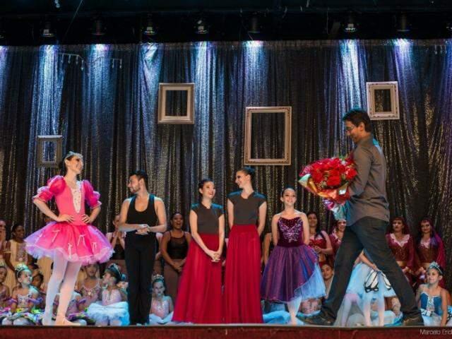 Anunciado no palco, Thiago subiu com buquê de flores para bailarina Paula. (Foto: Marcelo Erick)