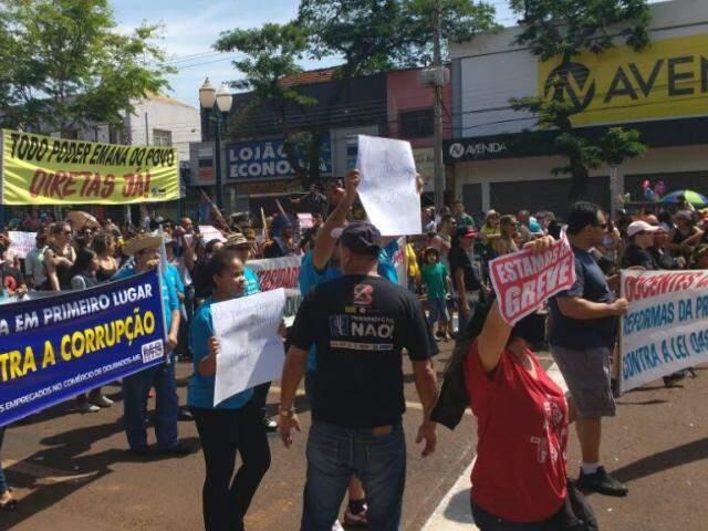 Professores de Dourados durante protesto no desfile da semana passada (Foto: Adilson Domingos)